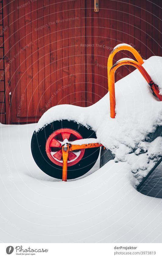 Schubkarre mit Schnee bedeckt Winterstimmung Winterurlaub ästhetisch außergewöhnlich Textfreiraum Mitte Sonnenlicht Textfreiraum unten Textfreiraum oben