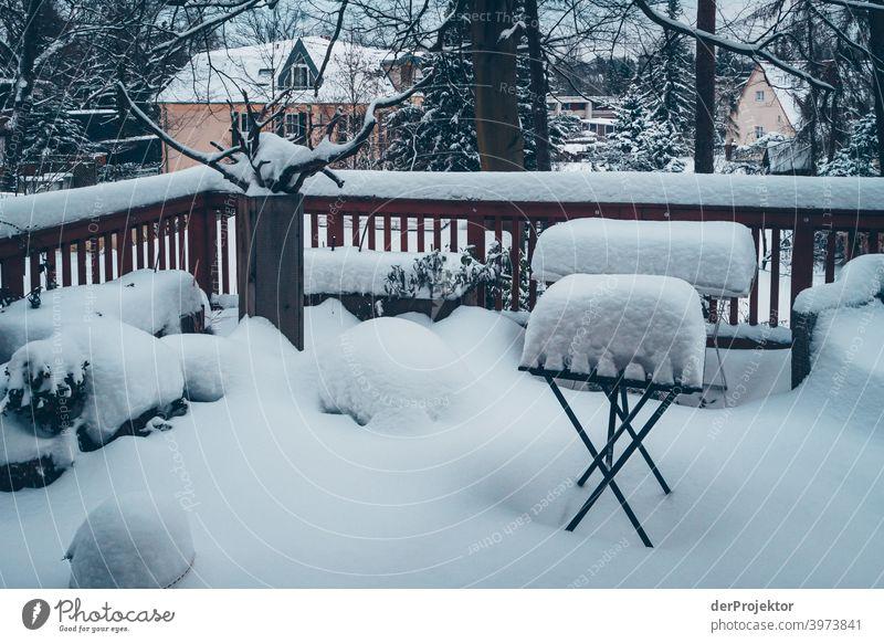 Terasse mit Schnee bedeckt Winterstimmung Winterurlaub ästhetisch außergewöhnlich Textfreiraum Mitte Sonnenlicht Textfreiraum unten Textfreiraum oben