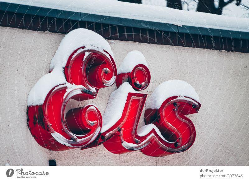 Eisschild mit Schnee bedeckt II Winterstimmung Winterurlaub ästhetisch außergewöhnlich Textfreiraum Mitte Sonnenlicht Textfreiraum unten Textfreiraum oben