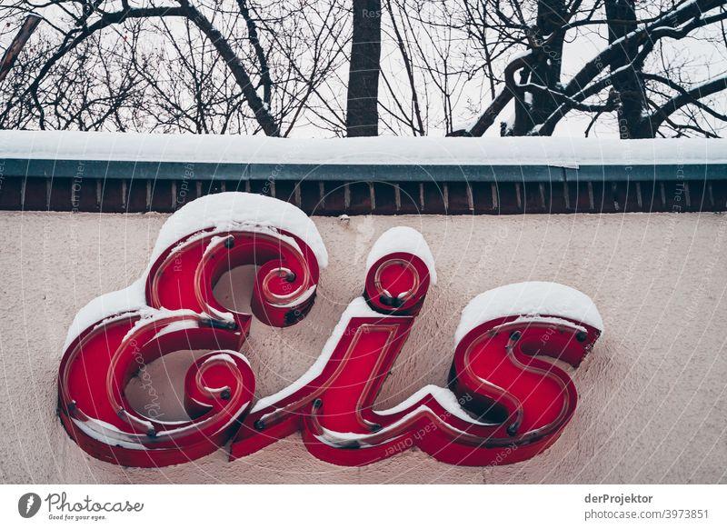 Eisschild mit Schnee bedeckt Winterstimmung Winterurlaub ästhetisch außergewöhnlich Textfreiraum Mitte Sonnenlicht Textfreiraum unten Textfreiraum oben