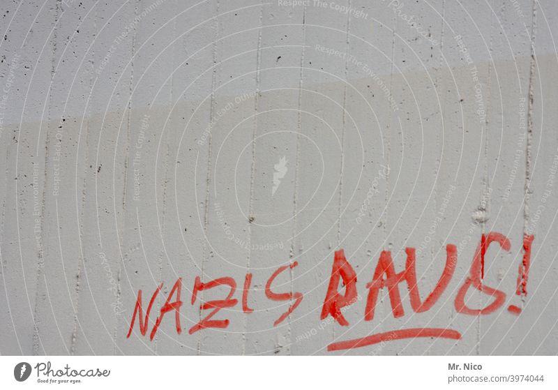 jetzt aber schnell I nazis raus ! Schriftzeichen Mauer Wand Graffiti Politik & Staat grau protestieren Subkultur Entschlossenheit Frustration rebellieren Wut