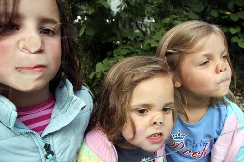 trio infernal Grimasse Fensterscheibe Mädchen Glasscheibe Freude Nase Gesicht Unsinn platte Nase Grimassen schneiden frech albern lustig Kindheit Fröhlichkeit