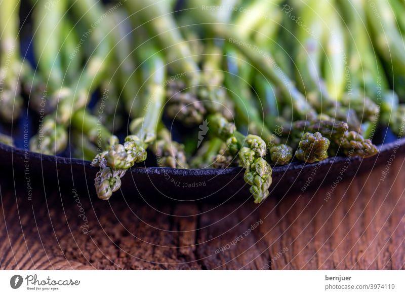 grüner Spargel in einer Eisenpfanne Kochen gesund Essen Grün Pfanne Küche frisch vegetarisch Vorbereitung Gemüse Zutat Hintergrund Ernährung Saison Frühling