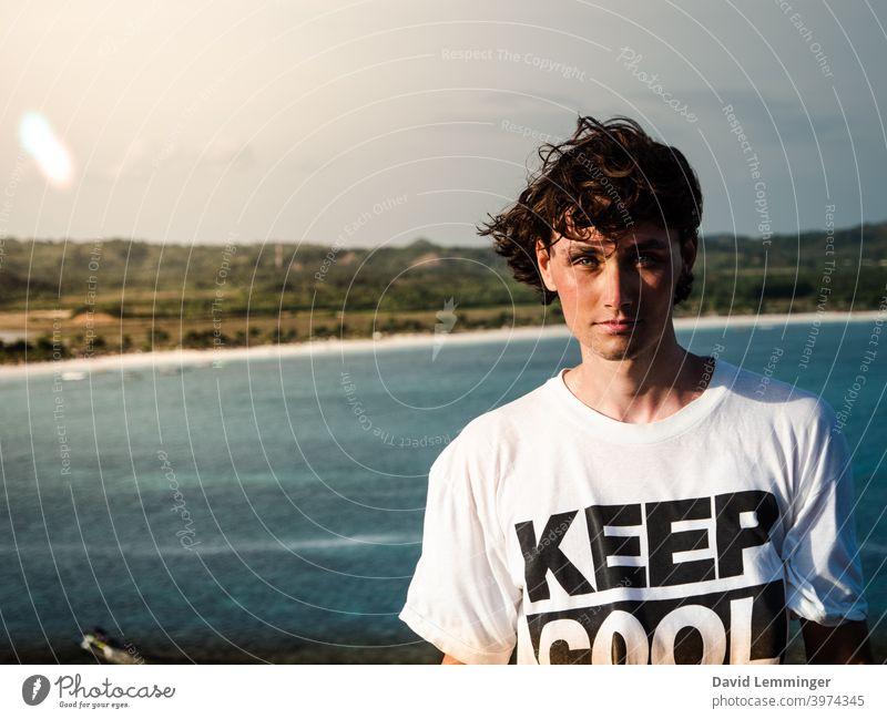 Handsome Male Model vor dem Ozean, Keep Cool männlich Mann Porträt Ruhe bewahren jung Junger Mann Lächeln Ferien & Urlaub & Reisen Urlaubsstimmung Sommer reisen