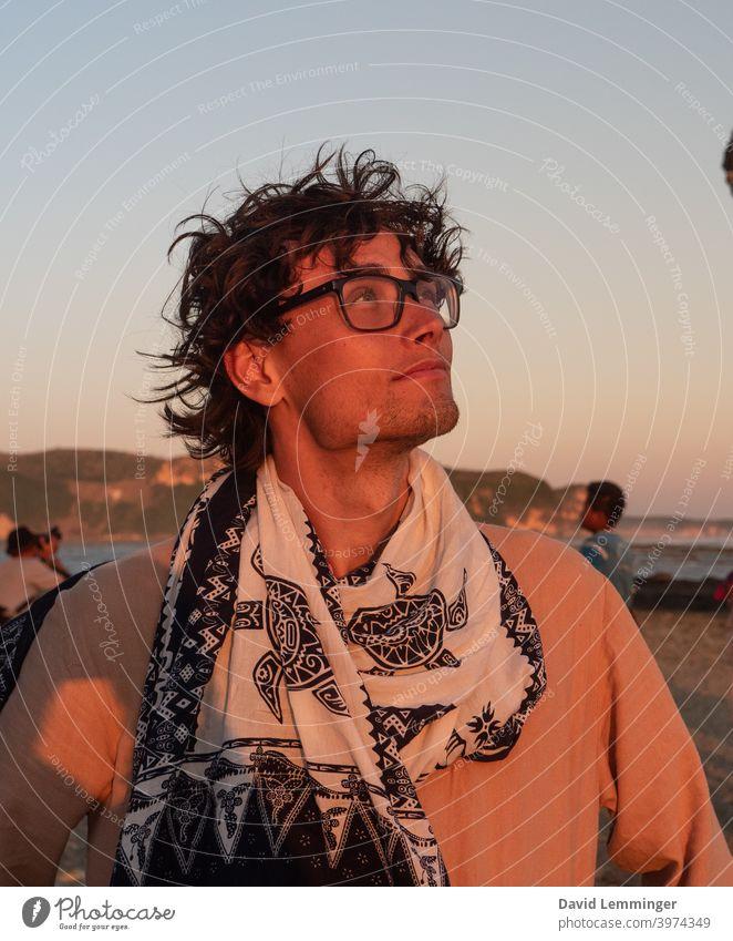Profil Porträt eines gut aussehenden männlichen Modells im Urlaub Mann Ruhe bewahren jung Junger Mann Lächeln Kieferlinie Ferien & Urlaub & Reisen reisen