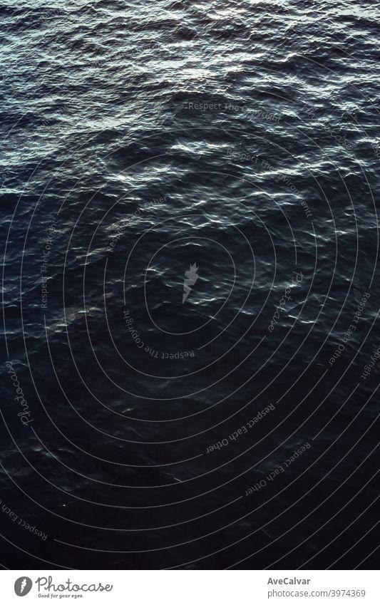 Eine Luftaufnahme des Ozeans während eines hellen Tages mit entspannenden Vibes mit Kopierraum Ozeane Kopierbereich Meditation Ruhe Texturen Frieden Ehrfurcht