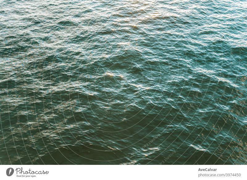 Eine Luftaufnahme des bunten Ozeans während eines hellen Tages mit entspannenden Vibes mit Kopierraum Ozeane Kopierbereich Meditation Ruhe Texturen Frieden