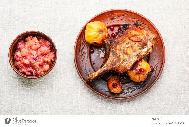 Rippenfleisch mit Quitte Fleisch gegrillt Steak Barbecue grillen Grillrost Braten Knochen Schweinefleisch gebraten Lebensmittel geschnitten ribeye Tisch