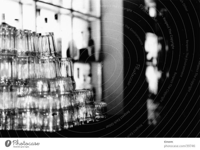 Glasturm Bar Gastronomie Theke Club Schwarzweißfoto Foyer Glasfassade Stapel