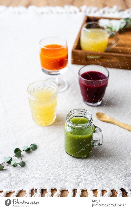 Gesunde Säfte in verschiedenen Gläsern auf  einem Leinen Tischtuch Saft frisch variation Frucht Getränk Gesundheit Ernährung Farbfoto Gesunde Ernährung Diät