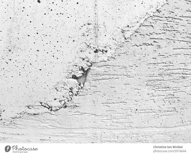 Detailaufnahme einer Betonwand mit Mustern und Strukturen und Naht Wand Fassade Mauer Strukturen & Formen Löcher Riefen Linien Außenaufnahme abstrakt grau