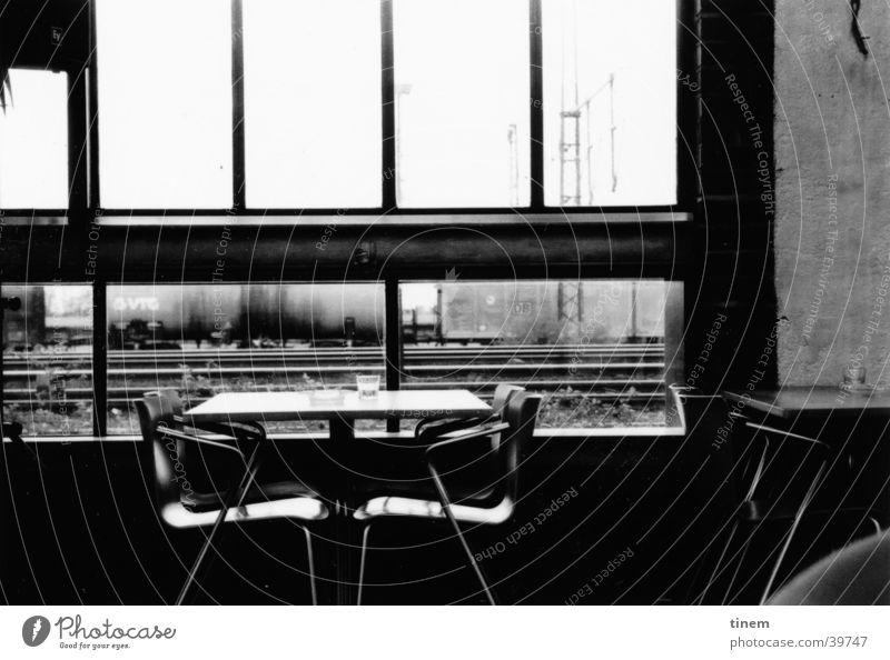 Westbar2 Ferien & Urlaub & Reisen Fenster Tisch Aussicht Stuhl Bar Freizeit & Hobby Gastronomie Gleise Schwarzweißfoto Bahnhof Foyer umgänglich