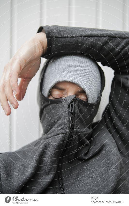 zu lange Pause Farbfoto Nahaufnahme Außenaufnahme Frauenportrait anonym vermummt authentisch müde Langeweile Lockdown Coronavirus Winter kalt frieren Kapuze
