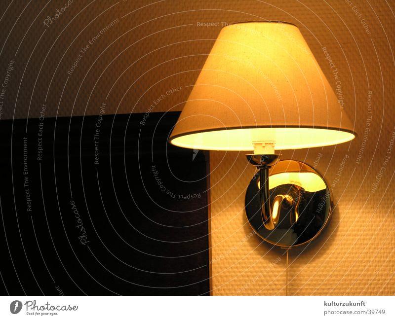 Die Lampe gelb Wärme Raum schlafen Physik Häusliches Leben Hotel
