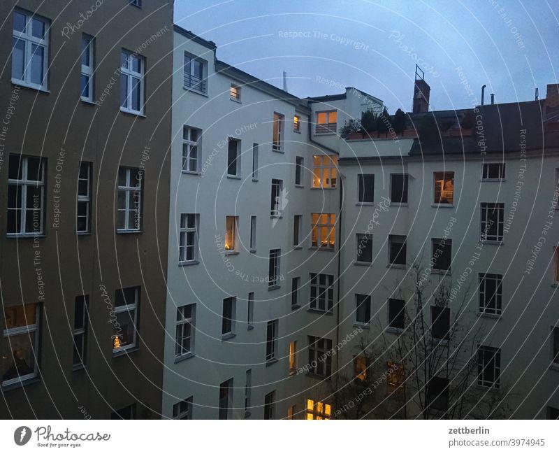 Hinterhof in Schöneberg again altbau außen brandmauer fassade fenster haus himmelblau hinterhaus hinterhof innenhof innenstadt mehrfamilienhaus menschenleer