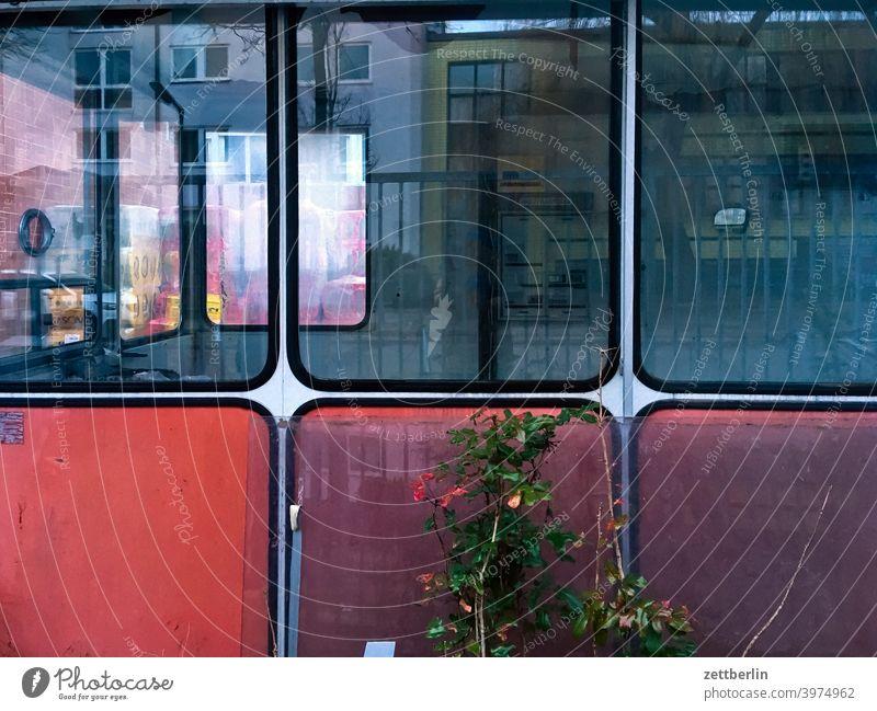 Kabine mit Fenstern haus bude pförtner pförtnerloge kabine fenster glas schaufenster glasfenster kontrolle alt ruine industrie fabrik zugang