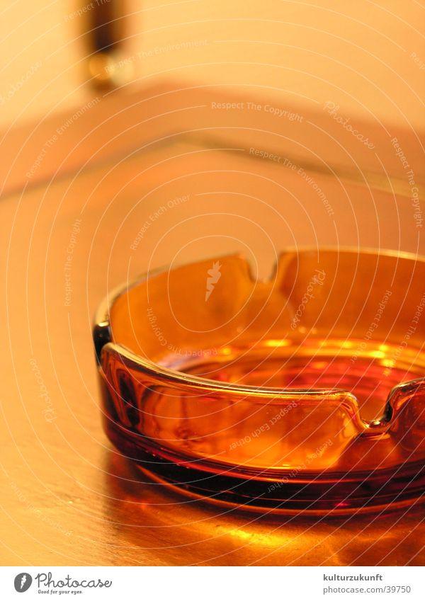 Aschäbechä rot ruhig braun Raum Glas Tisch Rauchen Häusliches Leben Hotel genießen Aschenbecher