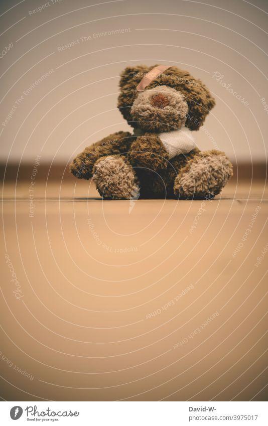 Kuscheltier verletzt und verarztet Kindheit Verletzung Unfall konzept Krankheit Verband Pflaster Teddybär Behandlung Gesundheit Gesundheitswesen Krankenhaus