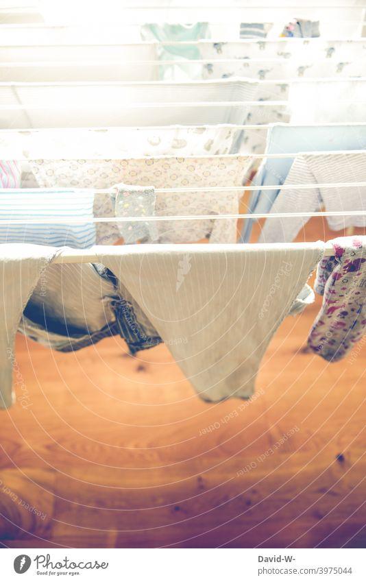 Wäsche hängt auf einem Wäscheständer hängen Haushalt Waschtag waschen trocknen Kleidung abhängen Alltagsfotografie Wäsche waschen Bekleidung