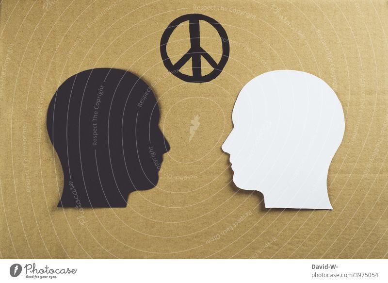 verschiedene Hautfarben mit Friedenszeichen gegenübergestellt Rassismus Freundschaft weiß schwarz Solidarität Versöhnung brüderlich Gleichheit konzept