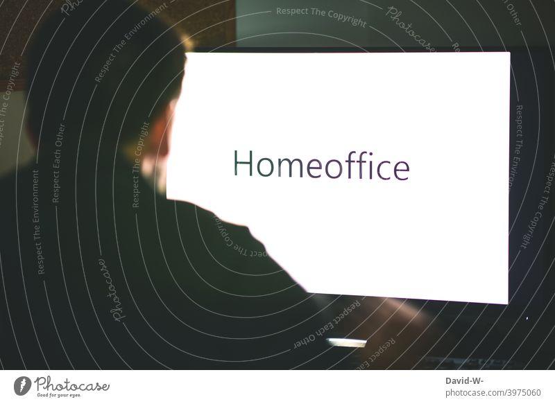 Homeoffice / Mann sitzt am Computer Bildschirm Pandemie coronavirus Arbeitsplatz zu Hause arbeiten Monitor Anordnung anonym