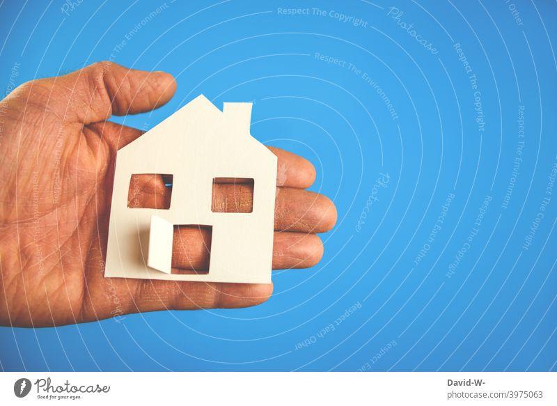 Hausbau / Eigenheim -  ein Haus in den Händen halten Immobilienmarkt planen planung wohnen Wunsch Zukunftsorientiert Erfolg