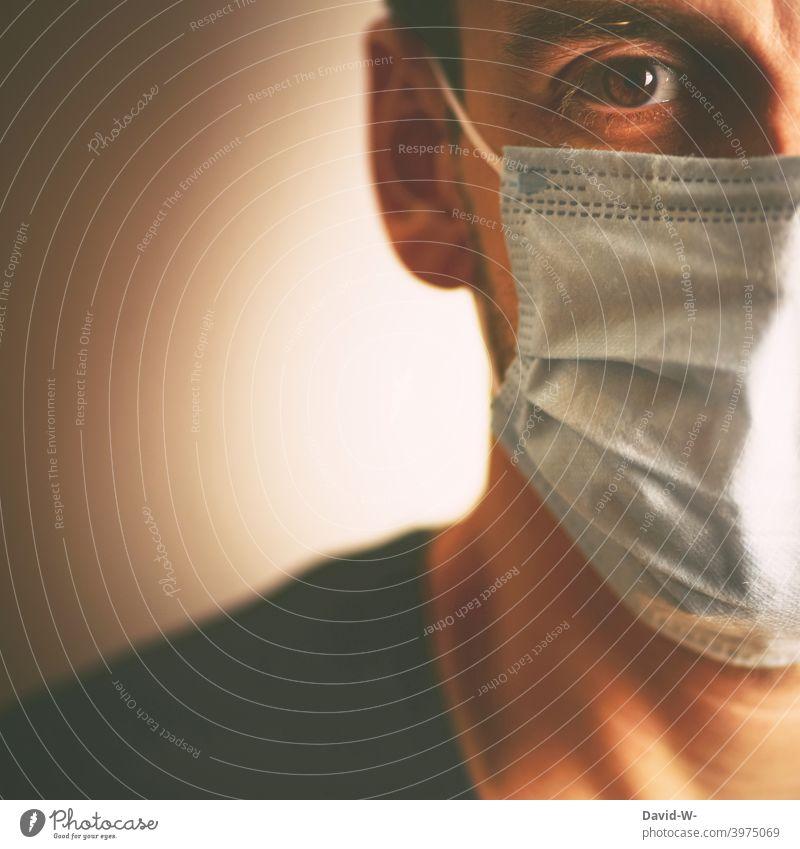 Corona - Mann mit medizinischer Maske / neue Regeln Coronavirus Medezinische Verschärfung Pandemie Mutation Atemschutzmaske Mundschutz Anordnung Schutz