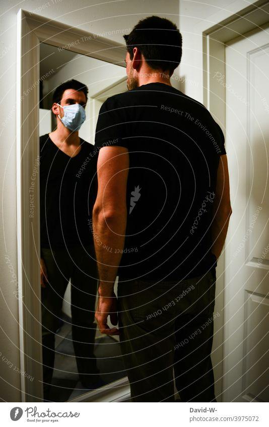 Corona - Psyche und Gedanken psyche coronavirus psychische Gesundheit Pandemie Maske Mundschutz nachdenklich Gewohnheit Maskenpflicht Mann