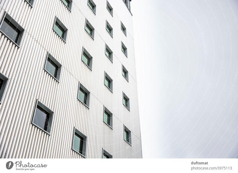 Weiße Häuserfassade mit Industrie-Charme Haus Fenster Fassade Architektur Gebäude Wand Bauwerk Mauer Stadt Hochhaus Fensterfront kleinteilig Blech blechwand
