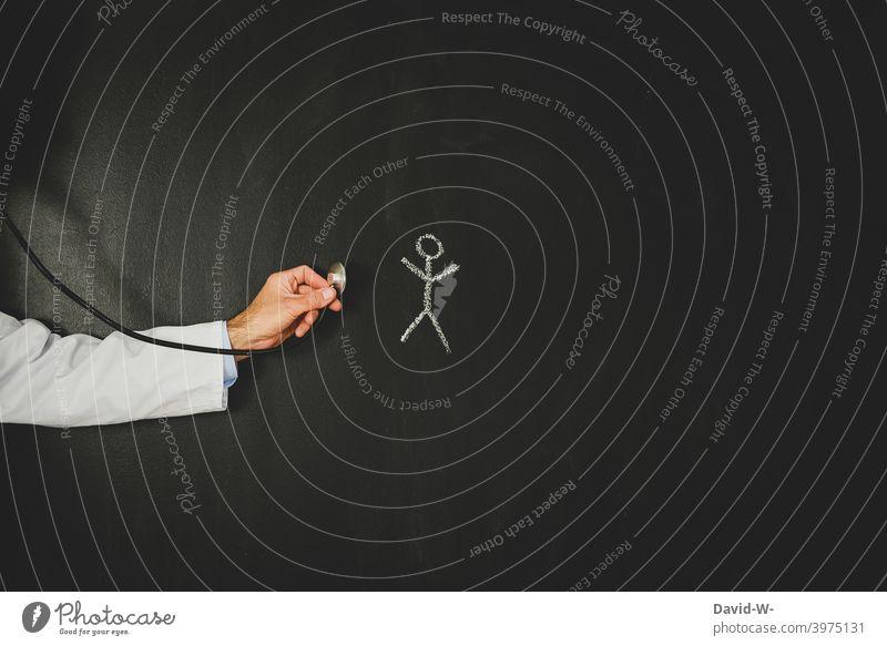 Mensch wird vom Arzt untersucht Untersuchung Krankheit coronavirus Pandemie Gesundheit Stethoskop Mann Medizin Patient Gesundheitswesen Virus krank Symptome