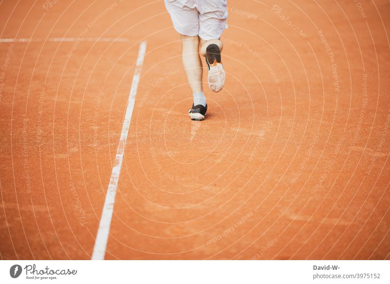 Sportler rennt auf einem Sportplatz laufen rennen Sportlichkeit Läufer Laufsport Geschwindigkeit Bewegung Jogger Gesundheit Training Fitness Mann Füße Beine
