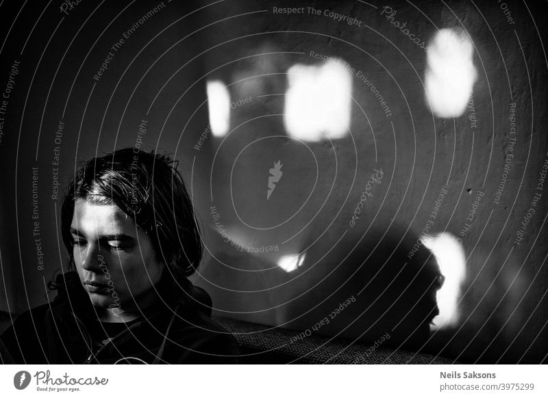 Junge im Zimmer mit Sonnenstrahlen durch das Fenster Mann Gesicht Schatten ernst faceportrait Kontrast Porträt männlich gutaussehend Typ Stil