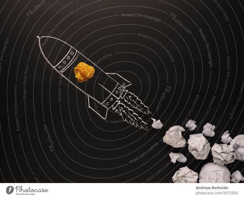 Startende Rakete mit Jet-Stream von Papierkugeln, Kreativität Konzept oder neue Ideen Metapher, Start-up-Geschäft Licht Knolle schwarz Tafel Holzplatte hell