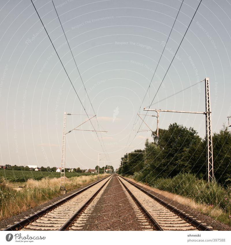 X Verkehrswege Öffentlicher Personennahverkehr Güterverkehr & Logistik Bahnfahren Schienenverkehr Gleise Linie Ferien & Urlaub & Reisen Einsamkeit Horizont
