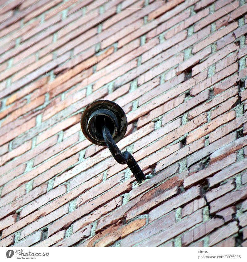 Zeitgeschichte | Sanierungsfall mit Keramikisolator keramik mauer metall eisen backstein strom riss haken fassung diagonal schraubhaken backsteinmauer haus wand