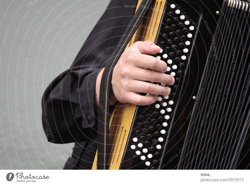 Knopfdruckpolka schifferklavier akkordeon Quetschkommode hand musik musizieren riemen hemd knöpfe drücken knopf Musikinstrument