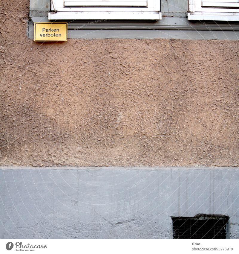 Parkverbötchen parkverbot mauer haus wand schild kellerfenster beton putz urban innenstadt fenstersims sockel