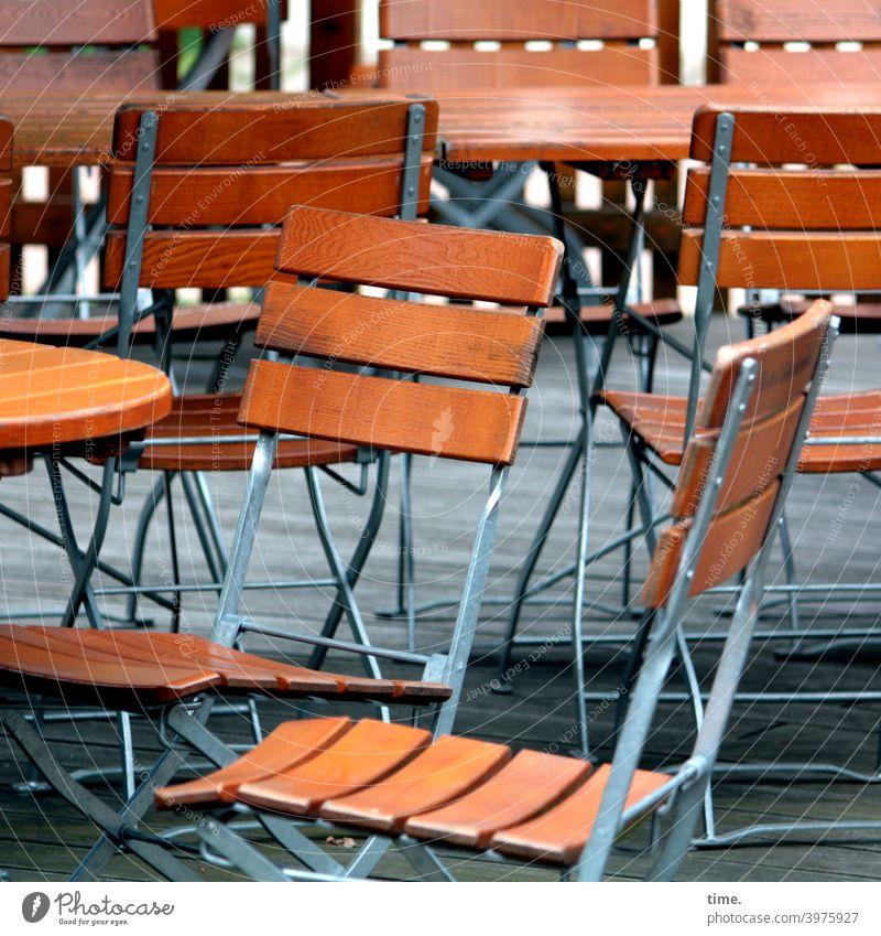 Warten auf Kundschaft (1) | corona thoughts stuhl tisch stühle gastronomie biergarten leer metall holz einsam zusammen gemeinsam freizeit pause