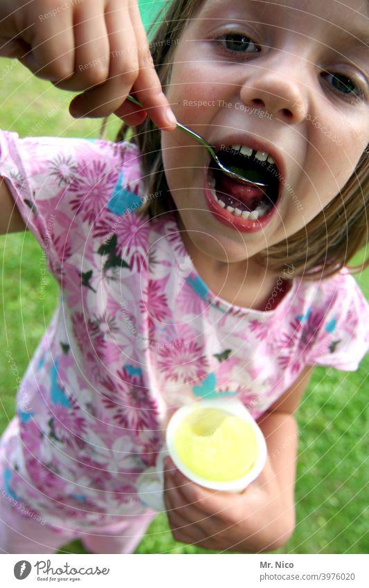 Lecker und süß Eis frech eis am stiel Sommer Eis am Stiel Speiseeis Lebensmittel Frucht lecker abkühlung Mund Löffel Süßigkeiten Kindheit cool Gesundheit