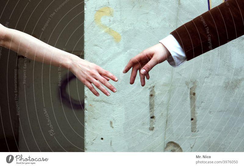 Zwei Hände die sich fast berühren Freundschaft Finger Hand Arme Sympathie Vertrauen Zuneigung Mitgefühl dankbar Intimität Partnerschaft Warmherzigkeit