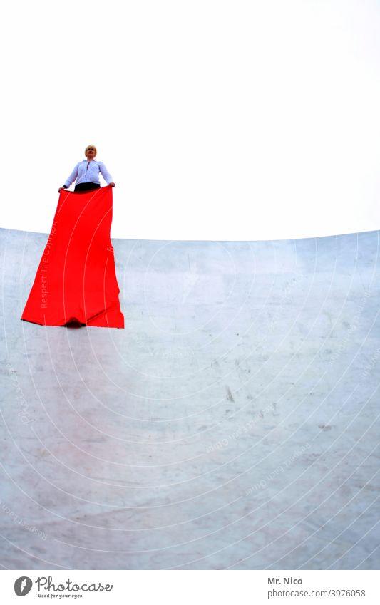 Inszenierung rot Stoff weiß Frau feminin Accessoire einzigartig blond Himmel Höhe Modenschau skurril bizarr Betonmauer Freilichttheater elegant Tuch festhalten