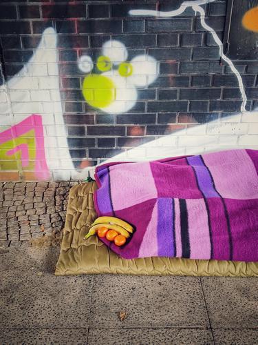 Obdachlosenhilfe Obdachtlos Unter der bruecke Decke Graffiti Banane Mandarine Ordentlich Bunt Berlin Farbfoto kalt