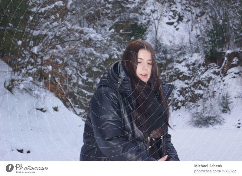 Junge Frau mit langem schwarzen Haar im Schnee 18-30 Jahre Erwachsene Natur Landschaft langhaarig natürlich Außenaufnahme Tag Porträt Haare & Frisuren Mensch
