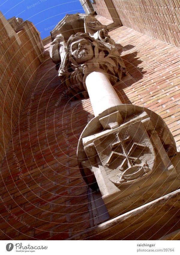 Kirchenfassade, Detail Himmel blau Religion & Glaube Fassade Perspektive Backstein aufwärts Säule Gotteshäuser Wappen