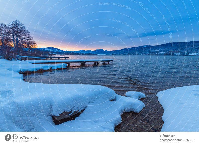 Morgenstimmung am See, kalter Wintermorgen Schnee Eis Wasser weiß Steg ruhig Seeufer Umwelt Menschenleer Himmel Einsamkeit Landschaft Natur Morgendämmerung
