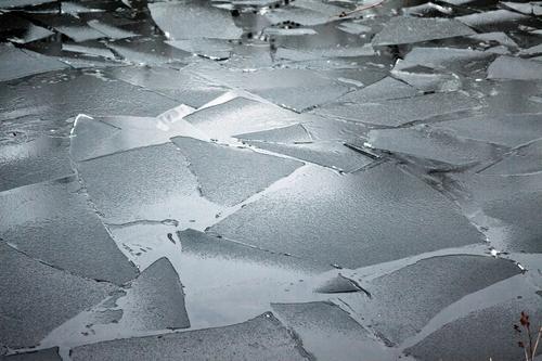 Eisschollen auf dem Hohenzollenkanal, Berlin-Reinickendorf schnee eis eisscholle gefroren bruck kante bruchkante wasser see teich hohenzollernkanal schifffahrt