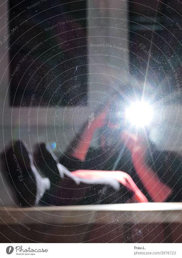 Nimm die Füße vom Tisch! Frau Rock Oberschenkel Mensch Beine Fenster Blitzlichtaufnahme Fensterscheibe Strumpfhose Innenaufnahme Unscharf Nacht Abend