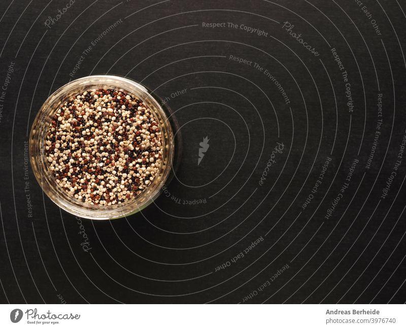Bio-Quinoa in einem Glas auf einer Tafel mit Platz für Ihren Text alternativ Hintergrund braun Müsli Diät trocknen Lebensmittel glutenfrei Korn Ernte Gesundheit