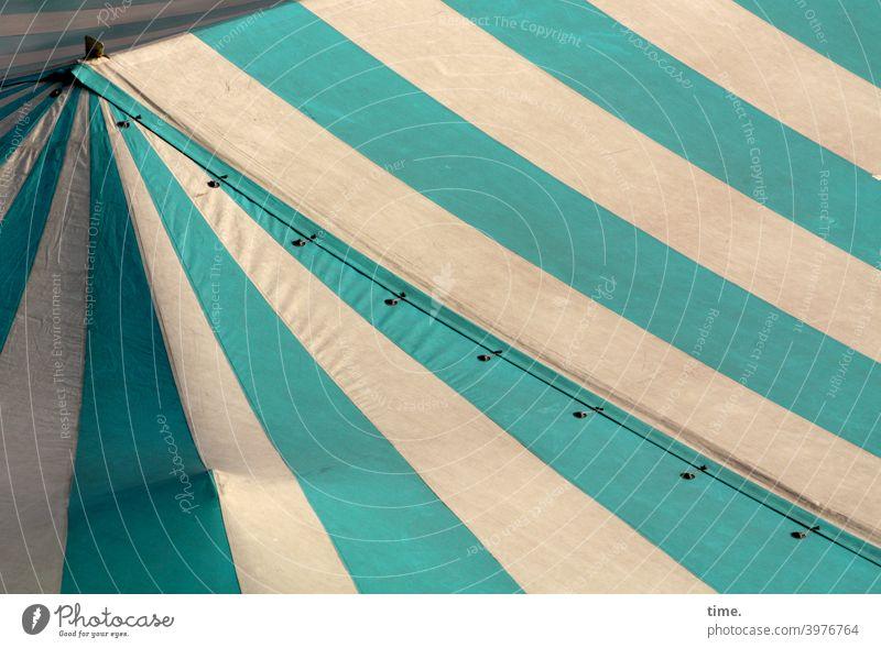 Streifen mit Knick und Beule zeltdach plane segeltuch streifen linien grün weiß öse schräg diagonal sonnig schatten markttag knick abdeckung schutz sicherheit