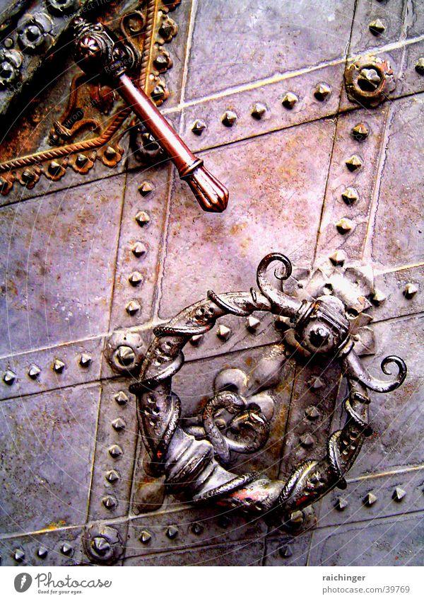 porta coeli Kirchentür Tor Eisen Schmiedeeisen Blech Griff Häusliches Leben Tür Metall Niete Anklopfer Rost Schmiedekunst schwer massiv Türklopfer Eingangstür